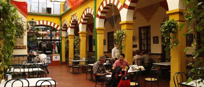 Vista general patio central. Restaurantes en Córdoba. Sociedad Plateros María Auxiliadora