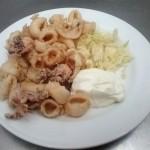 Calamares Fritos con Col en Restaurante en Cordoba Sociedad Plateros Maria Auxiliadora con arcos de la mezquita de Cordoba