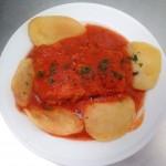 Lomo de bacalao con Tomate adaptamos sin gluten para celiacos comer en un patio con los arcos como la Mezquita Catedral Restaurante en Cordoba