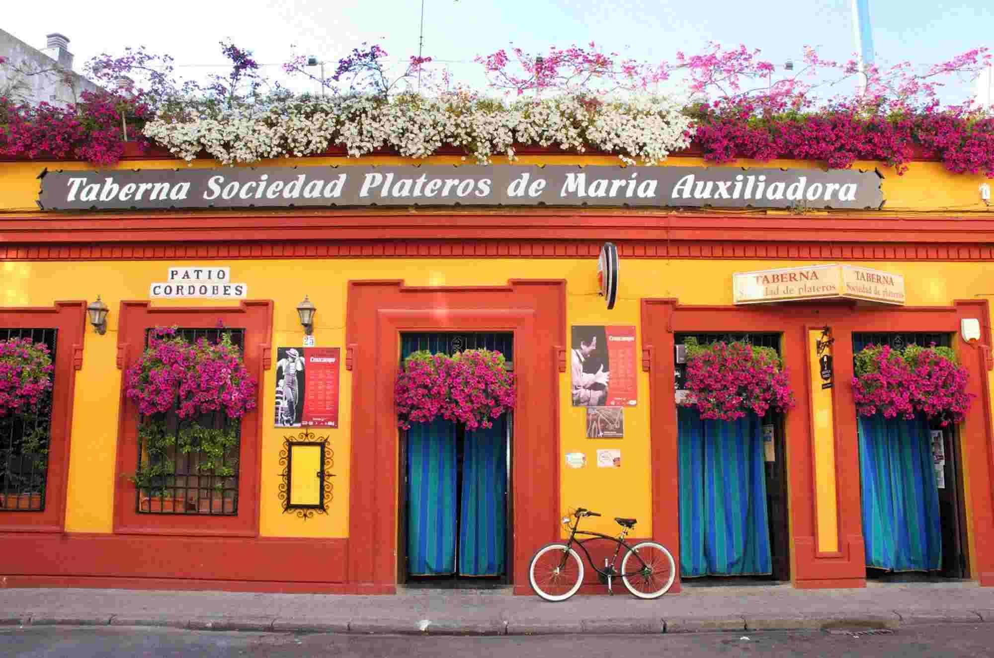 Fachada Restaurantes en Cordoba Sociedad Plateros Maria Auxiliadora con patio cordobes y arcos de la mezquita