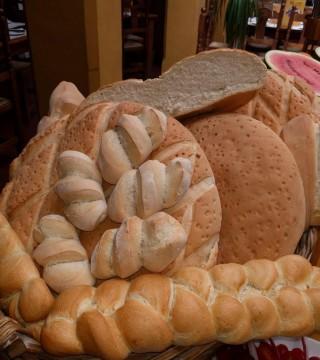 Elaboracion de migas para la televisión Árabe en el Restaurante Sociedad Plateros Maria Auxiliadora Por Manolo Bordallo  diferentes panes para migas
