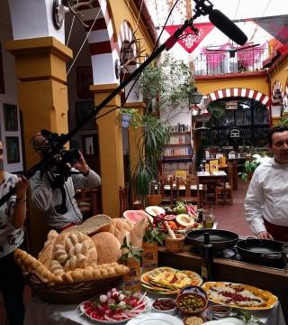 Elaboracion de migas para la televisión Árabe en el Restaurante Sociedad Plateros Maria Auxiliadora Por Manolo Bordallo  momento grabacion